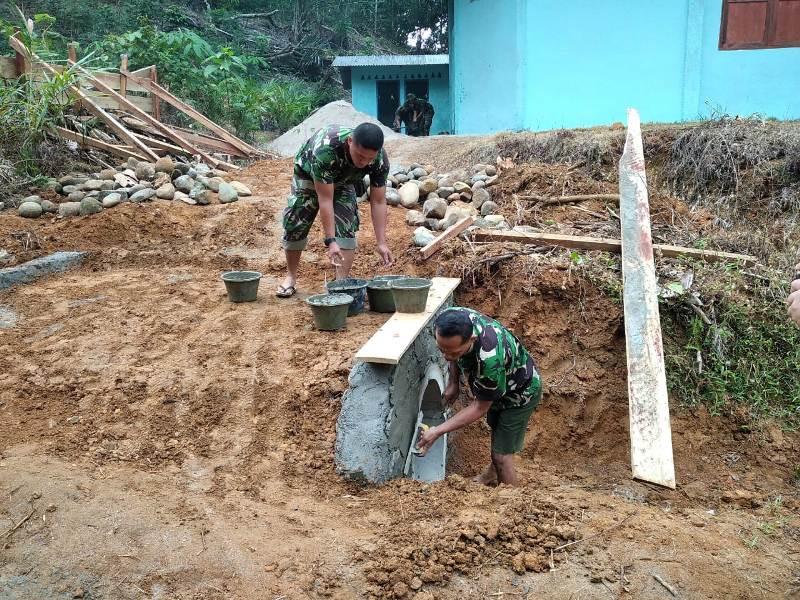 Dua personel Kodim 0211/TT saat merenovasi jalan menuju gereja GKPI di Desa Siantar CA. Foto: Istimewa