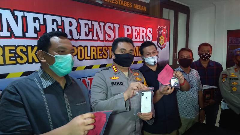 Kapolrestabes Medan Kombes Riko Sunarko saat memberi keterangan pers terkait dugaan prostitusi online. Foto: Istimewa