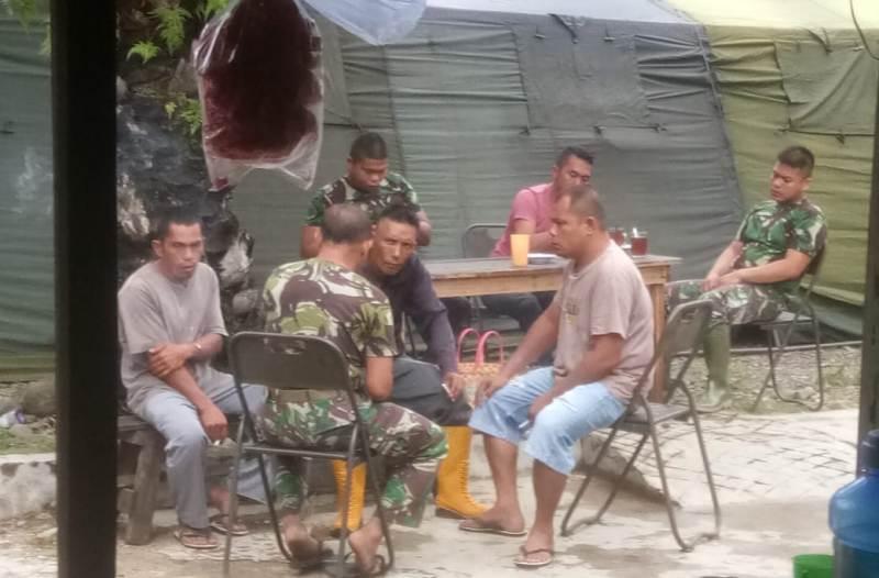 Para personel TMMD 108 Kodim 0211/ TT bersama warga di Desa Siantar CA menjalin komunikasi sosial yang baik. Foto: Istimewa