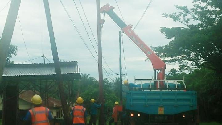 PLN Gunung Tua melalui tim teknisi PT Raihan perbaiki tiang listrik yang dihantam oleh Bus Berlian Baru. Foto : Rakyatsumut.com/ Rifai Dalimunthe.