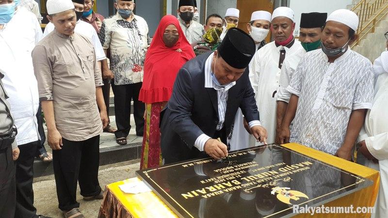 Wali Kota Sibolga HM Syarfi Hutauruk saat menandatangani prasasti peresmian Masjid Nurul Bahrain Sibolga. Foto: Rakyatsumut.com/ Mirwan Tanjung