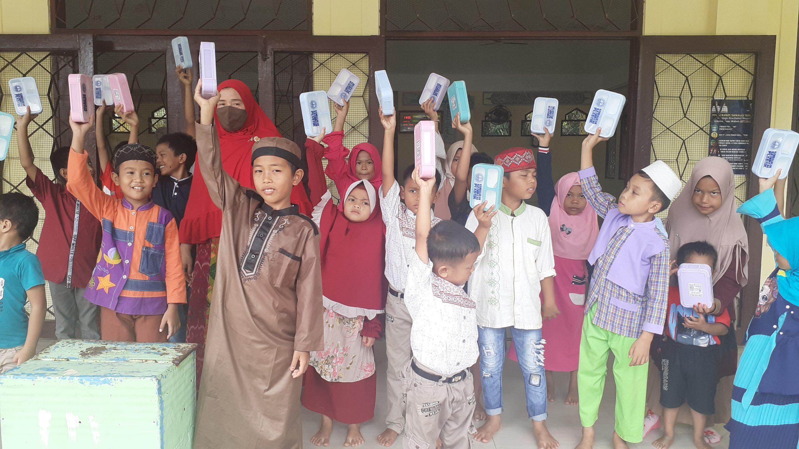 Anggota DPR RI Delmeria Sikumbang saat foto bersama dengan anak-anak Kelurahan Hutaimbaru di Masjid Al Ikhlas. Foto: Rakyatsumut.com/ Mirwan Tanjung