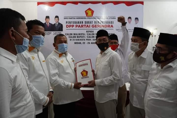 Ketua DPD Gerindra Sumut, Gus Irawan Pasaribu saat menyerahkan surat keputusan (SK) model B.1-KWK DPP Partai Gerindra. Foto: istimewa
