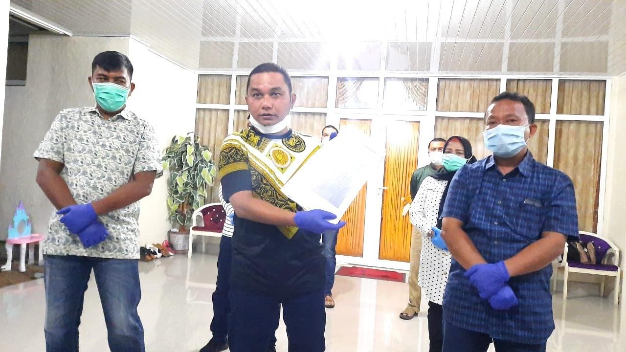 Bupati Tapteng, Bakhtiar Ahmad Sibarani bersama tim gugus tugas saat melakukan konferensi pers. Foto: istimewa