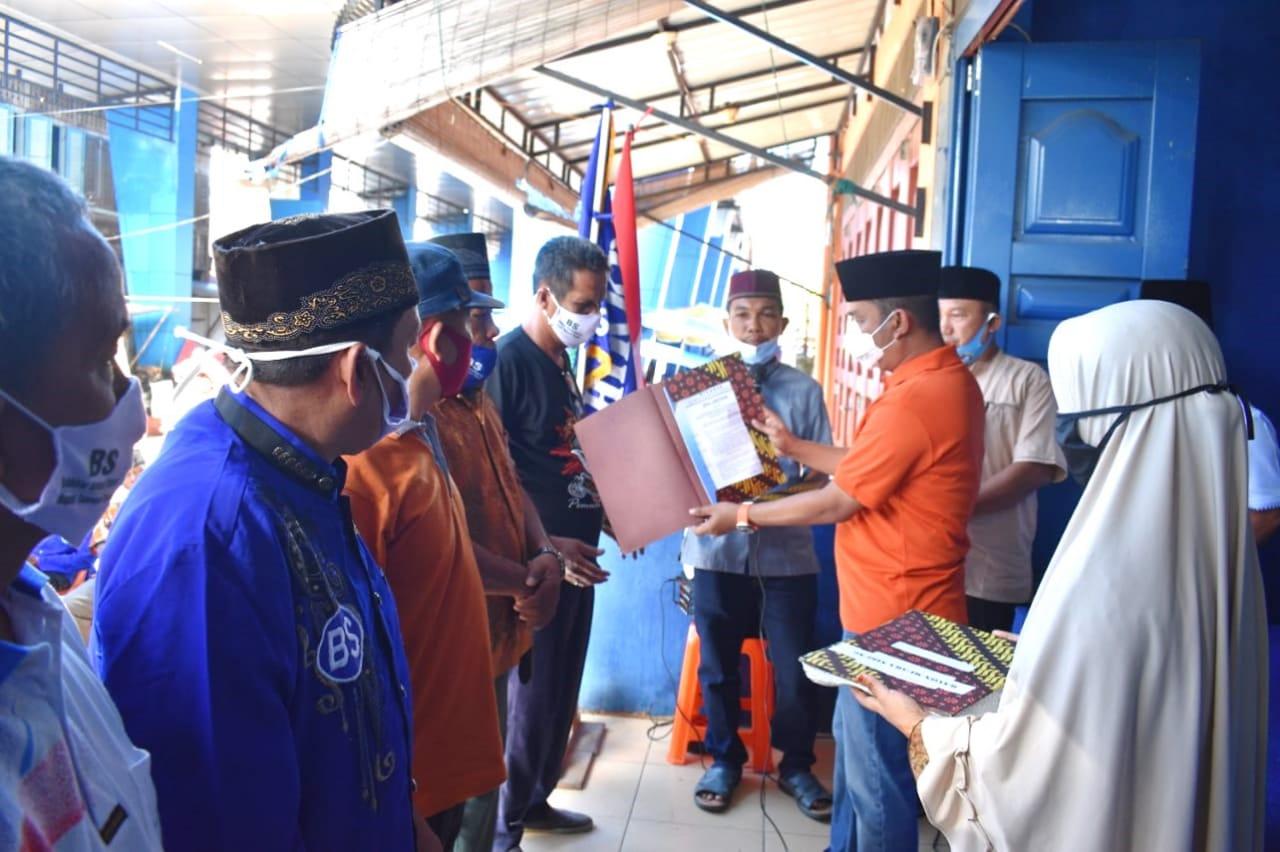 Katua Gadang DPP HIKKBAR, Bakhtiar Ahmad Sibarani menyerahkan sk rayon HIKKBAR. foto: istimewa
