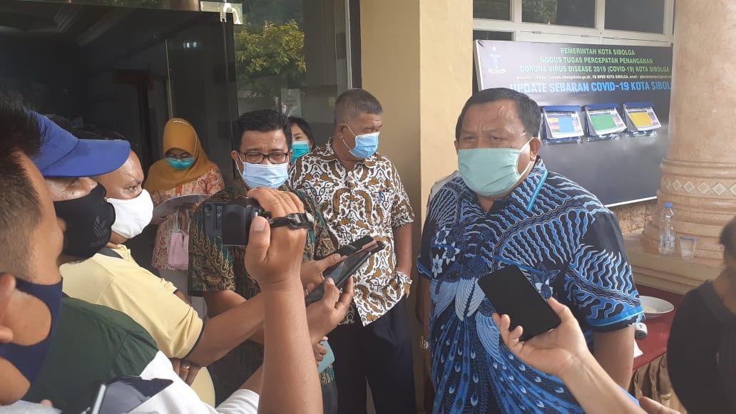 Wali Kota Sibolga HM Syarfi Hutauruk didampingi Sekda M Yusuf Batubara dan Kadis Kesehatan Firmansyah Hulu saat diwawancarai awak media di Kantornya. Foto: istimewa