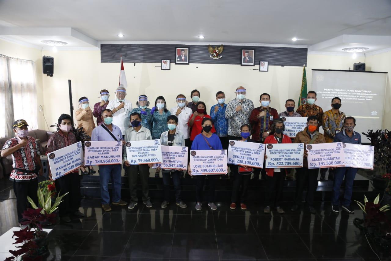Penyerahan Dana Satunan Penanganan Dampak Sosial Kemasyarakatan di Desa Ajibata. Foto: Istimewa