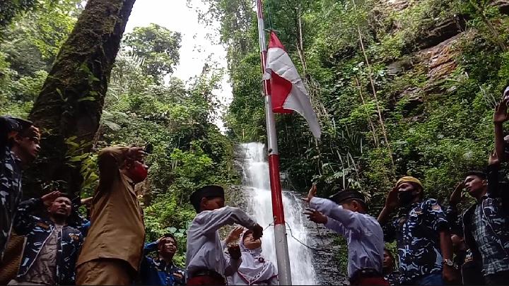 Upacara HUT RI di lokasi wisata Air Terjun Sampuran Marrimbus. Foto: Rakyatsumut.com/ Rifai Dalimunthe.