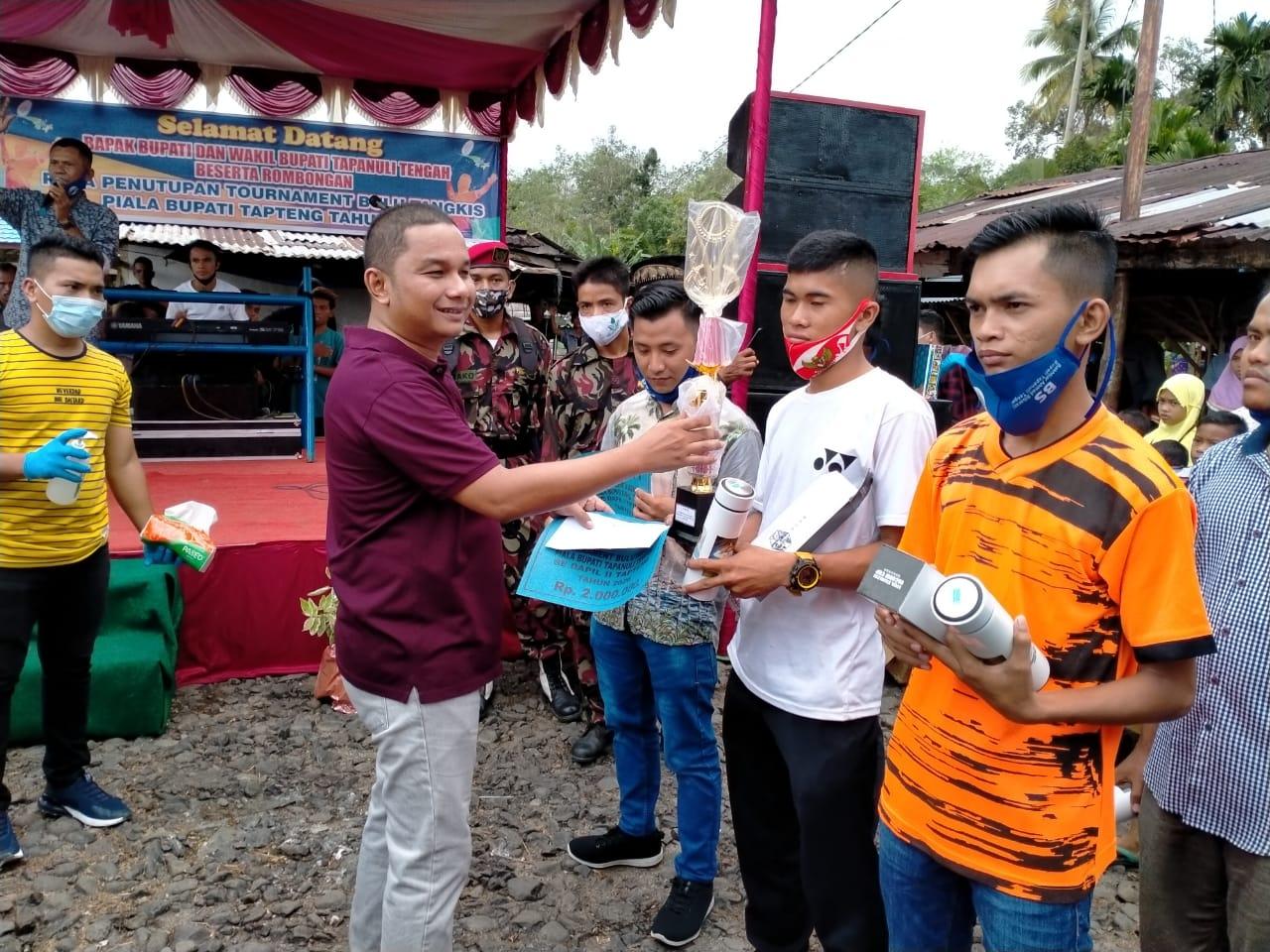 Bupati Tapanuli Tengah, Bakhtiar Ahmad Sibarani saat menyerahkan hadiah Kepada para pemenang. Foto: istimewa