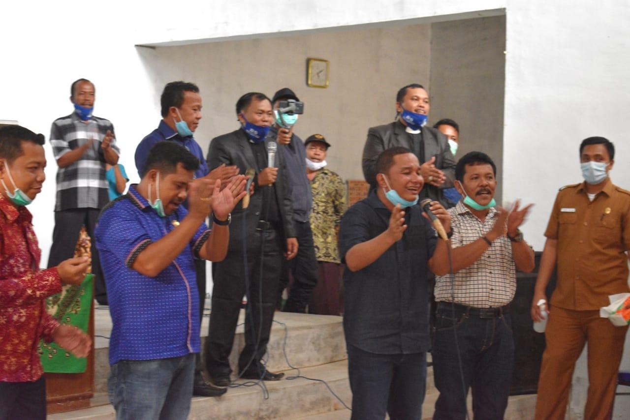 Bupati Tapteng, Bakhtiar Ahmad Sibarani saat berada di Gereja GSJA Sidikalang. Foto: istimewa