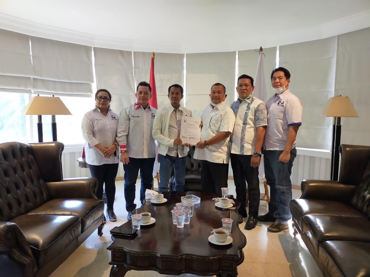 Sekjen Partai Perindo, Ahmad Rofiq menyerahan SK model B.1-KWK Parpol kepada pasangan Jamaluddin Pohan-Pantas Maruba Lumbantobing. Foto: istimewa
