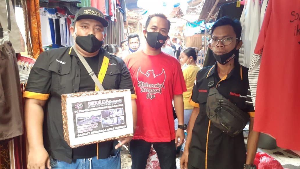 Ketua Sibolga Community Jefrianto baju merah didampingi anggotanya saat melakukan penggalangan dana di Pasar Nauli Kota Sibolga. Foto: Rakyatsumut.com