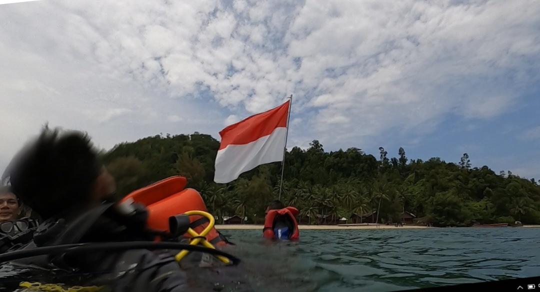 Bendera Merah Putih berkibar di perairan Poncan Gadang Kota Sibolga. Foto: Istimewa