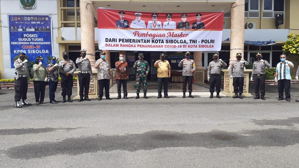 Wali Kota Sibolga foto bersama Forkopimda usai melepas tim untuk melakukan pembagian masker. Foto: Rakyatsumut.com