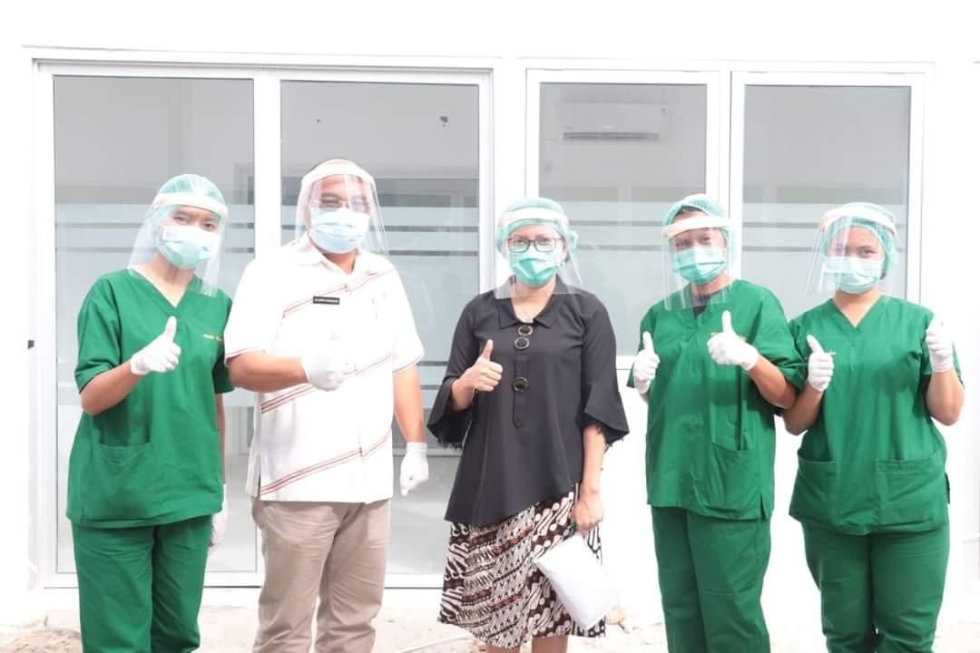 Direktur RSUD Tarutung Janri A. Nababan bersama tim Kesehatan RSUD Tarutung usai melakukan Operasi Sesar. Foto: istimewa
