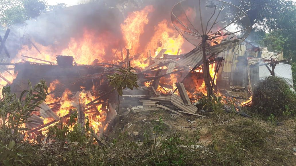 Rumah yang ditempati Hopper Linton Marbun saat dilalap si jago merah. Foto: Rakyatsumut.com/Mirwan Tanjung