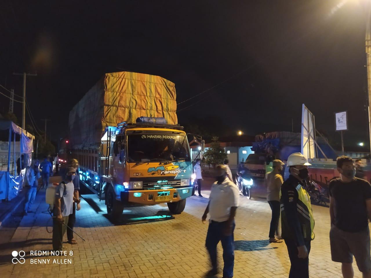 Mobil Truk ekspedisi dan para supir yang gagal berangkat di Pelabuhan Sibolga. Foto: istimewa