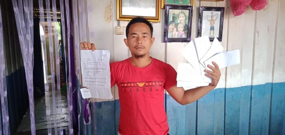 Yaadil Fao Zebua korban pemecatan sepihak oleh PT. CPA saat menunjukkan surat pemberhentian dari PT. Foto: istimewa