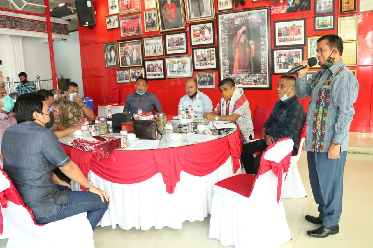 Bupati Taput, Nikson Nababan bersama Ketua Komisi D DPRD Sumut H. Anwar Sani Tarigan, Wakil Ketua Komisi D DPRD Sumut, Edi Susanto dan Mangapul Purba. Foto: istimewa