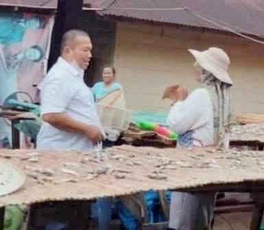 Calon Wali Kota Sibolga, Jamaluddin Pohan saat berbincang dengan pelaku produksi ikan asin. Foto: istimewa