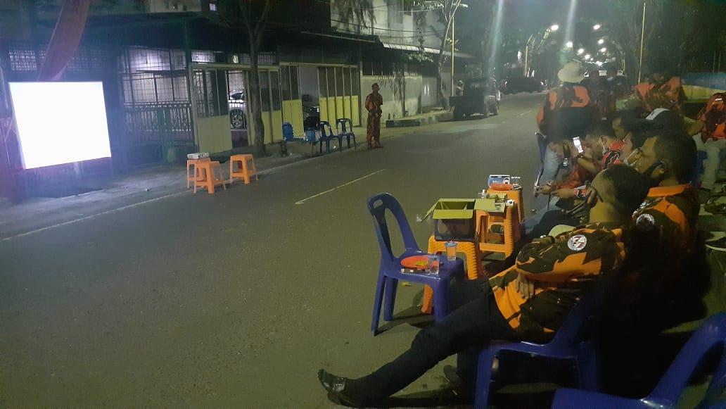 MPC Pemuda Pancasila saat melakukan nonton bareng film G30S PKI di Jalan Brigjend Katamso, Kelurahan Pasar Baru. Foto: Rakyatsumut.com/ Mirwan Tanjung