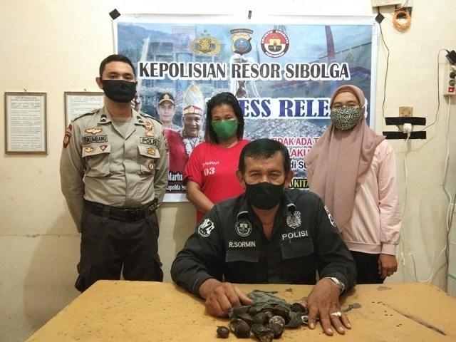 Iptu R Sormin bersama tersangka DS yang diamankan di Polres Kota Sibolga. Foto: istimewa