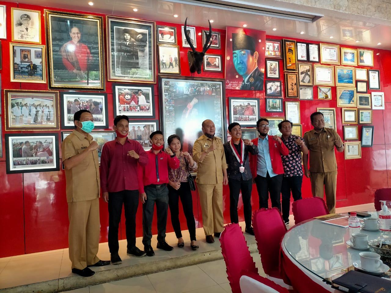 Bupati Taput, Nikson Nababan bersama GMNI Taput. Foto: istimewa