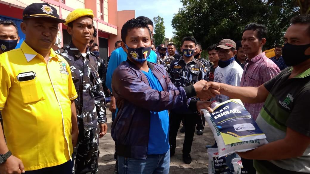 Ketua DPD AMPI Paluta serahkan bantuan paket sembako kepada warga terdampak Covid-19. Foto: Rakyatsumut.com/ Rifai Dalimunthe