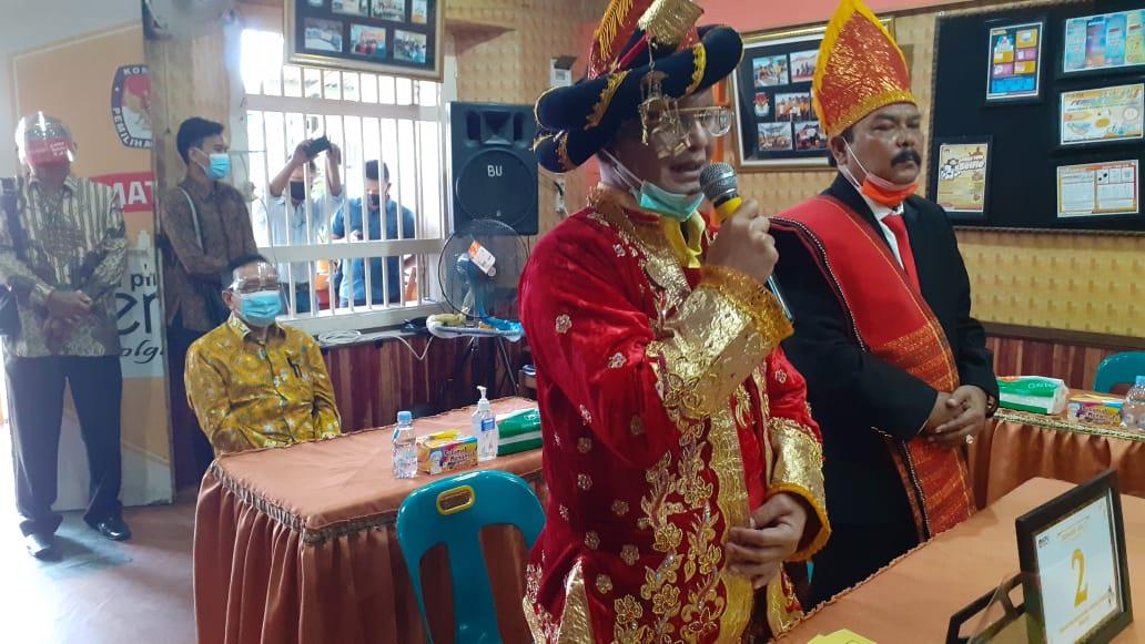 Bahdin Nur Tanjung saat menyampaikan kata sambutan yang didampingi Wakilnya Edi Polo Sitanggang yang juga dihadiri Akbar Tanjung. Foto: Rakyatsumut.com/ Mirwan Tanjung