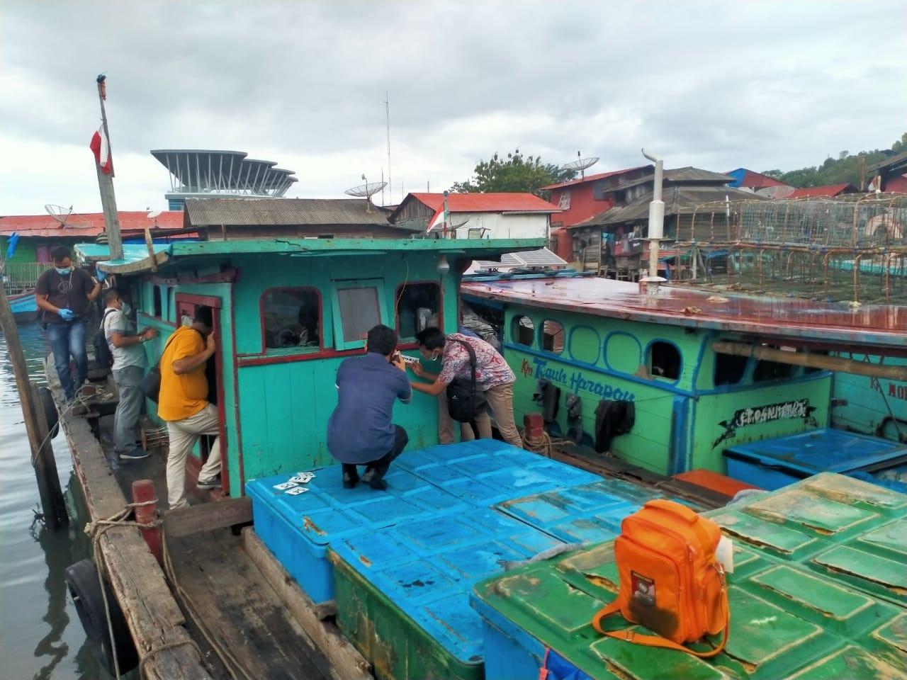 Tim Polda Aceh saat melakukan proses Identifikasi Kapal yang tertembak di Perairan Aceh. Foto: Rakyatsumu.com/ Rommy