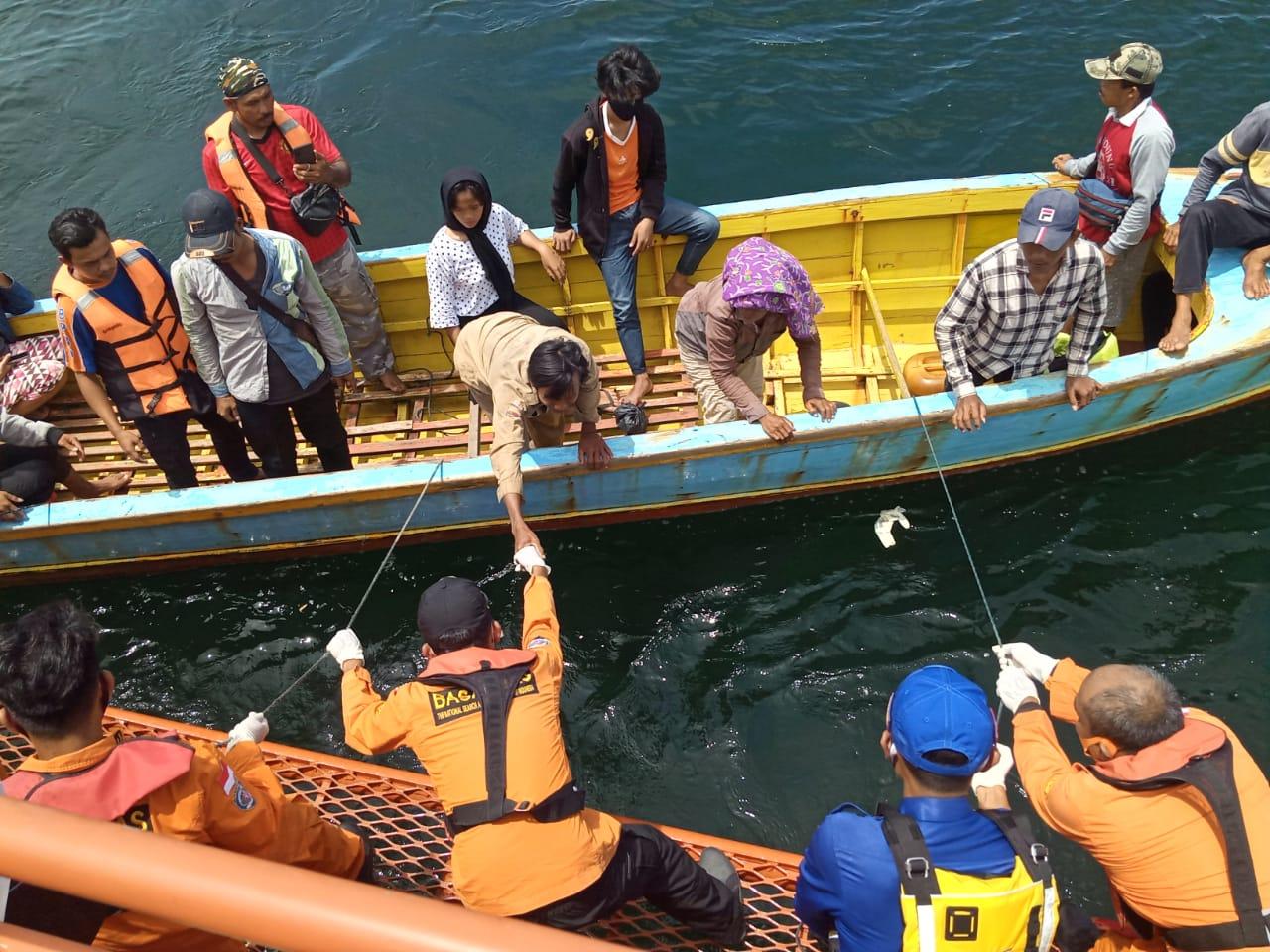 Tim Basarnas saat mengevakuasi korban Pasutri dari Pulau Ungge untuk diserahkan kepada Keluarga. Foto: istimewa
