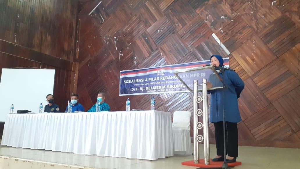 Delmeria Sikumbang saat menyampaikan kata sambutan pada acara sosialisasi 4 pilar kebangsaan di Gedung Nasional Kota Sibolga. Foto: istimewa