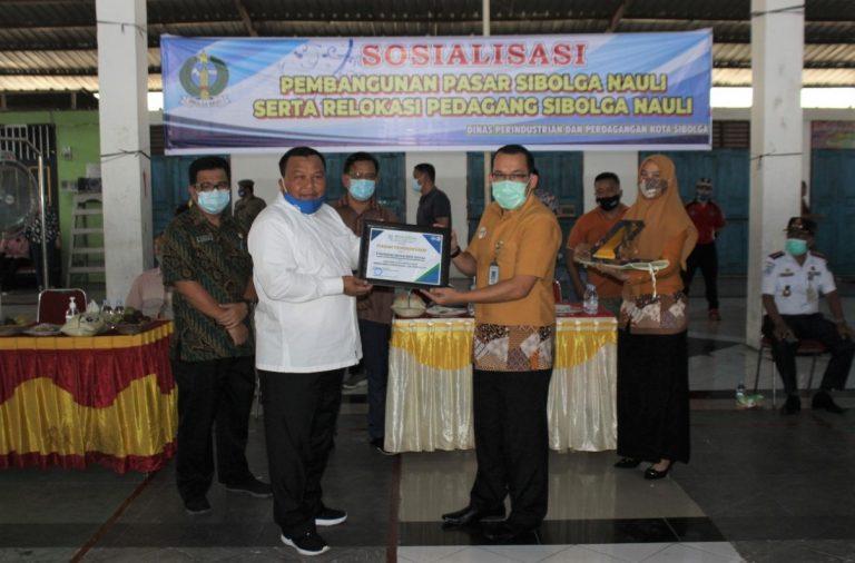 Wali Kota Sibolga HM Syarfi Hutauruk saat menerima penghargaan yang diserahkan Kepala BPJS Kota Sibolga Berkat Sibarani di Gedung Pasar Nauli di Lantai 3. Foto: Istimewa
