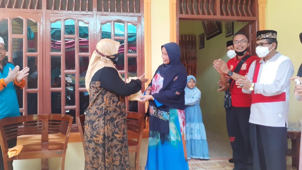 Delmeria Sikumbang saat memberikan kepada Kepala MIN Tapanuli Tengah Juslaini Munthe. Foto: Rakyatsumut.com/Mirwan