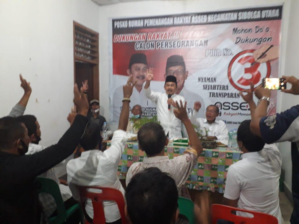 Calon Wali Kota Sibolga Ahmad Sulhan Sitompul menyapa dengan salam 3 jari saat menyampaikan sambutan pada acara Bintek tim pemenangan di sekretariat center pemenangan Kecamatan Sibolga Utara. Foto: istimewa