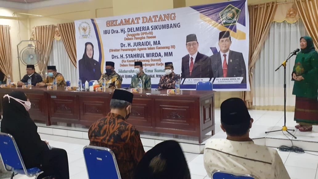 Anggota DPR RI Delmeria Sikumbang saat menyampaikan kata sambutan pada acara silaturrahim dengan para tokoh agama maupun tokoh masyarakat di Kota Sibolga. Foto: Rakyatsumut.com/ Mirwan