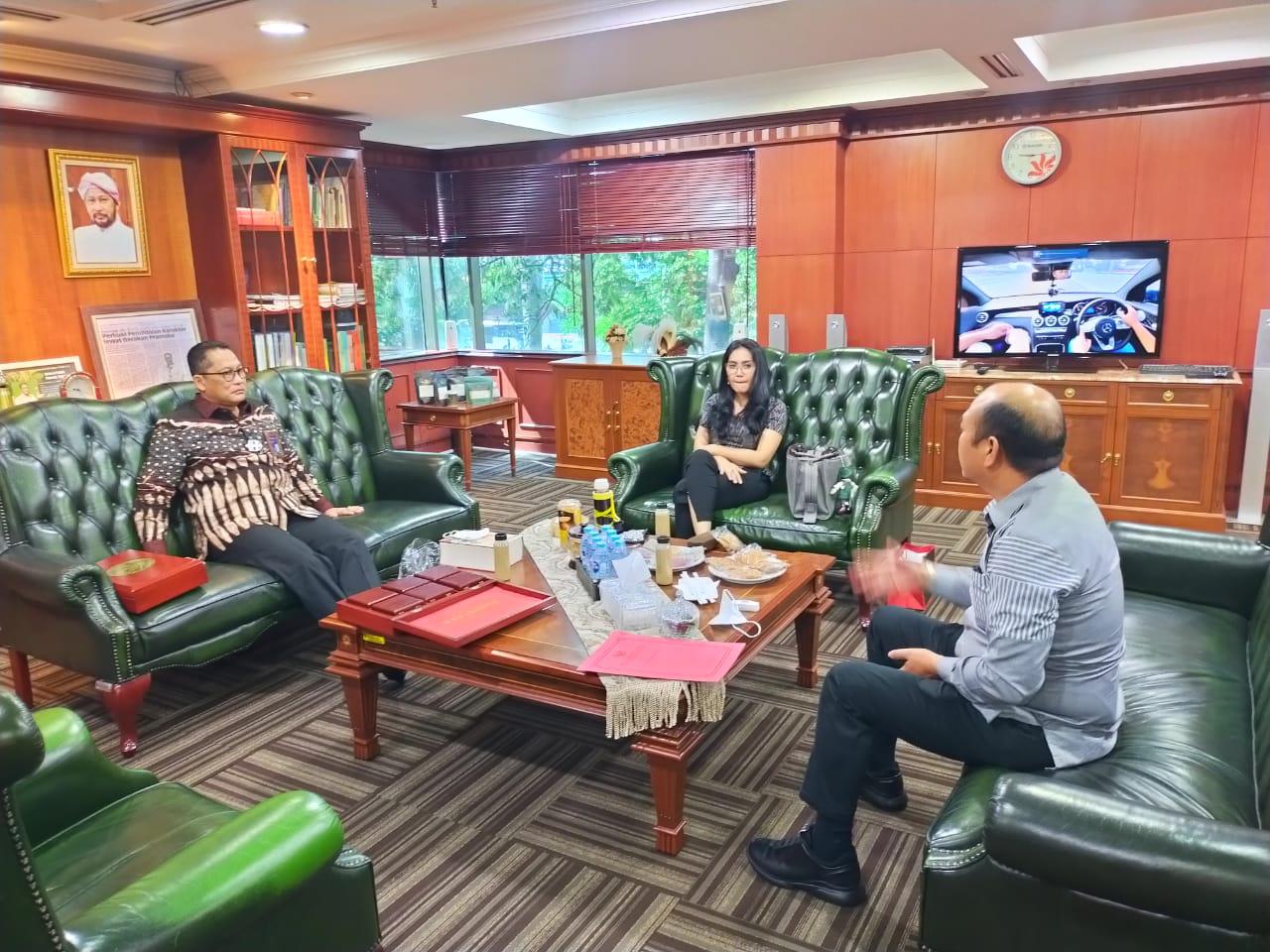 Bupati Taput, Nikson Nababan saat berada dikantor Bulog Jakarta. Foto: istimewa
