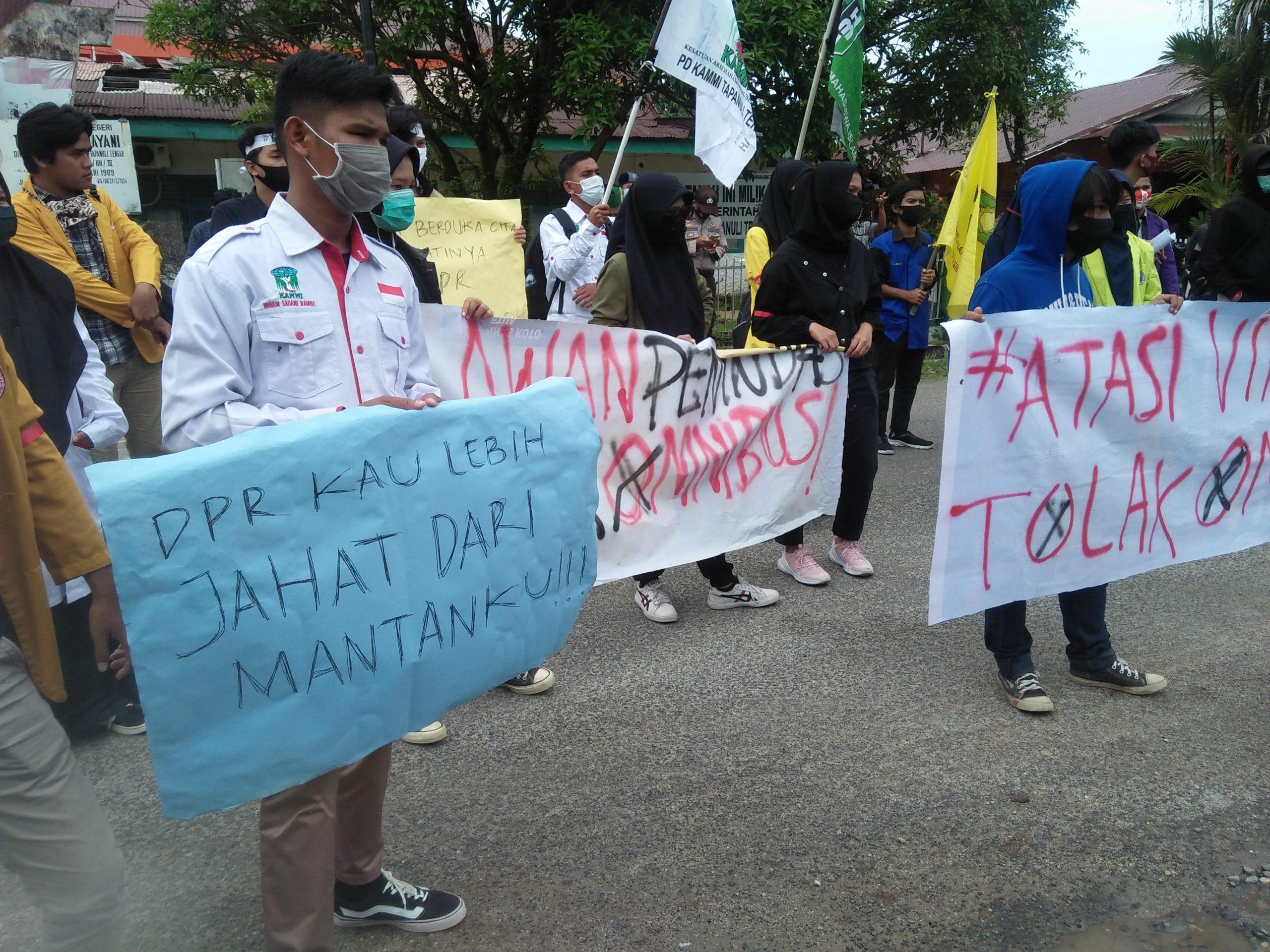 Mahasiswa saat aksi di depan kantot DPRD Tapteng. Foto: Rakyatsumut.com/ Rommy Pasaribu