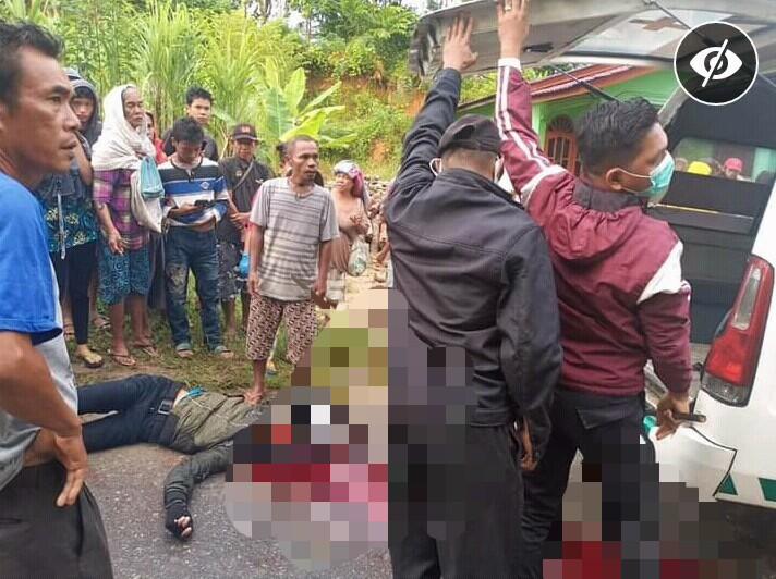 Korban Lakalantas saat hendak dievakuasi mobil ambulance. Foto: istimewa