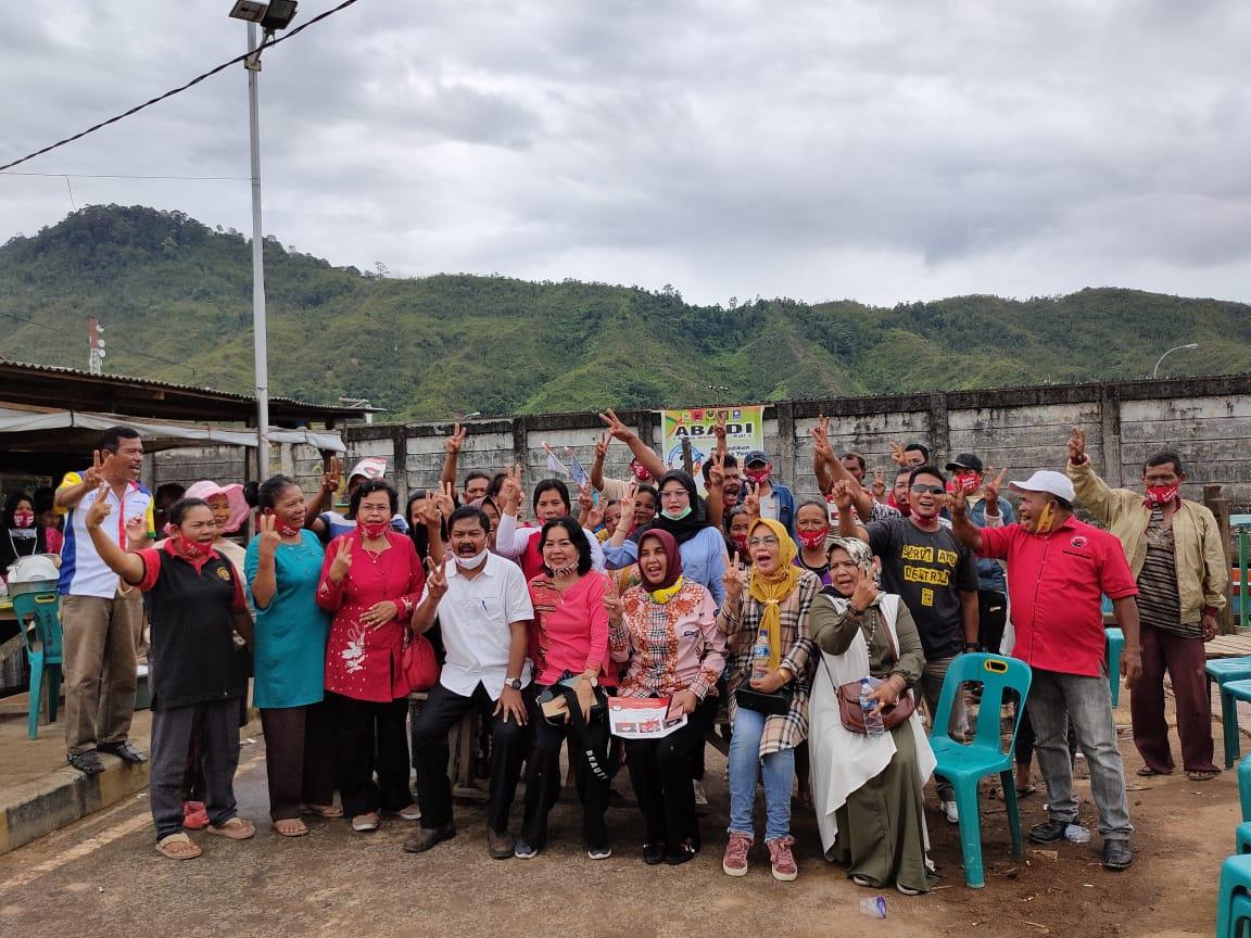 Meida Hutagalung (sebelah kanan Edi Polo) saat foto bersama usai mengikuti kegiatan silaturrahim dengan masayarakat Kelurahan Aek Muara Pinang. Foto: Istimewa