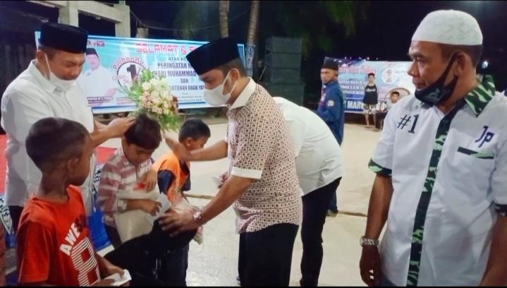Bupati Tapteng, Bakhtiar Ahmad Sibarani saat memberikan santunan kepada anak yatim dalam acara perayaan Maulid Nabi Jamal-Pantas. Foto: istimewa
