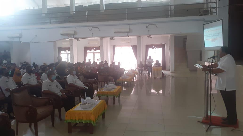 Wali Kota Sibolga HM Syarfi Hutauruk saat menyampaikan kata sambutan pada acara penyerahan bantuan BSPS dan BRS di Gedung Nasional Kota Sibolga. Foto: Rakyatsumut.com/ Mirwan