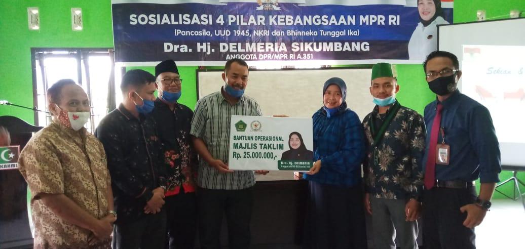 Anggota DPR RI Delmeria Sikumbang saat menyerahkan bantuan operasional kepada Sekretaris MD KAHMI Ali Sutan Lubis. Foto: Istimewa