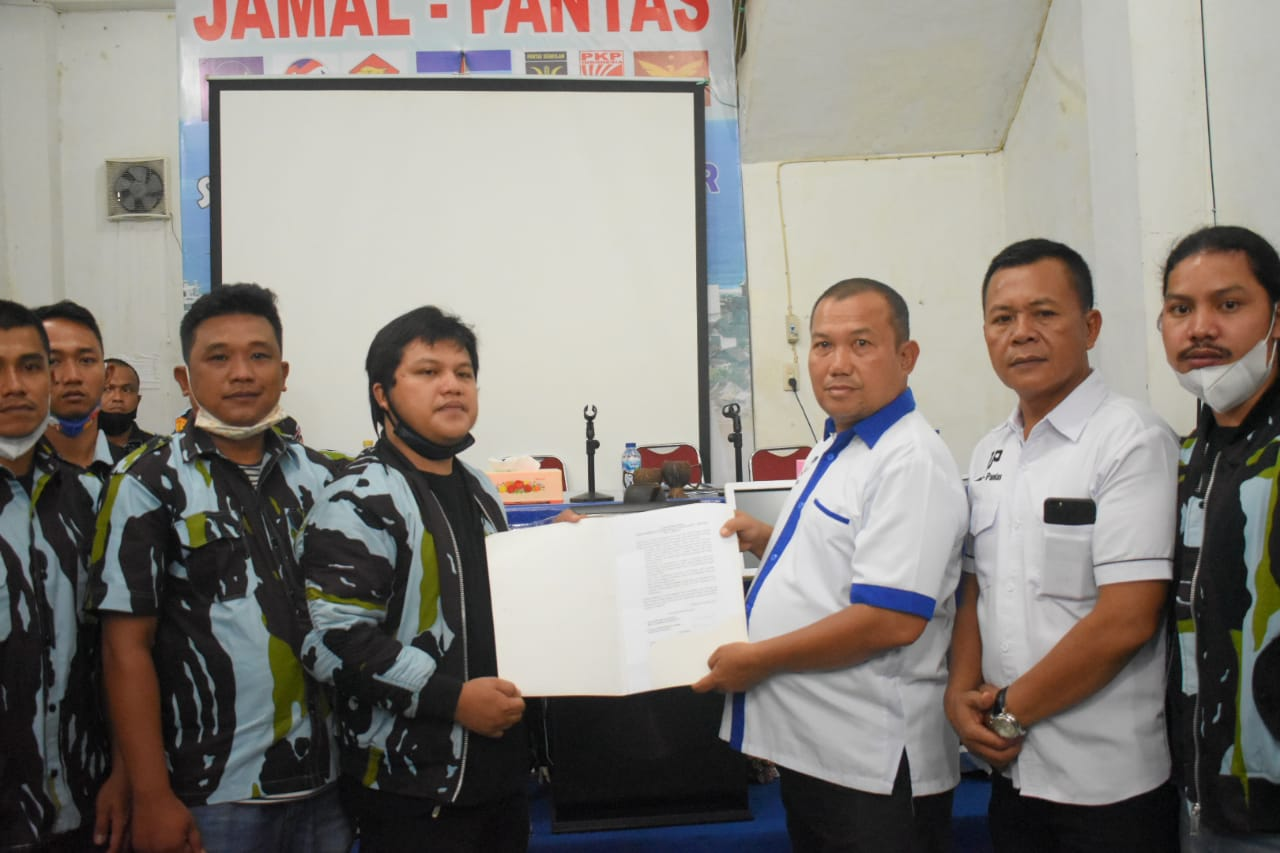 Calon Wali Kota Sibolga, Jamaluddin Pohan menerima surat dukungan dari Ketua IPK sibolga, Reza Andhika Rahmad Zeb Tumory didampingi kader IPK sibolga. Foto: istimewa