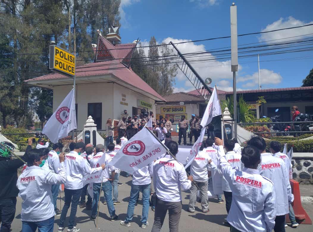 Massa Pospera tanah Karo saat menggelar aksi di depan Mapolres Tanah Karo. Foto: istimewa