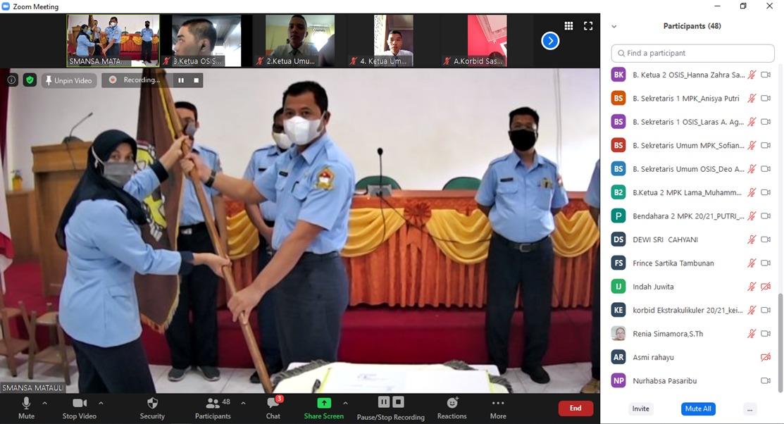 Murdianto saat menyerahkan petaka pengukuhan pengurus Osis SMA N 1 Matauli Pandan dan disaksikan para siswa secara virtual. Foto: istimewa