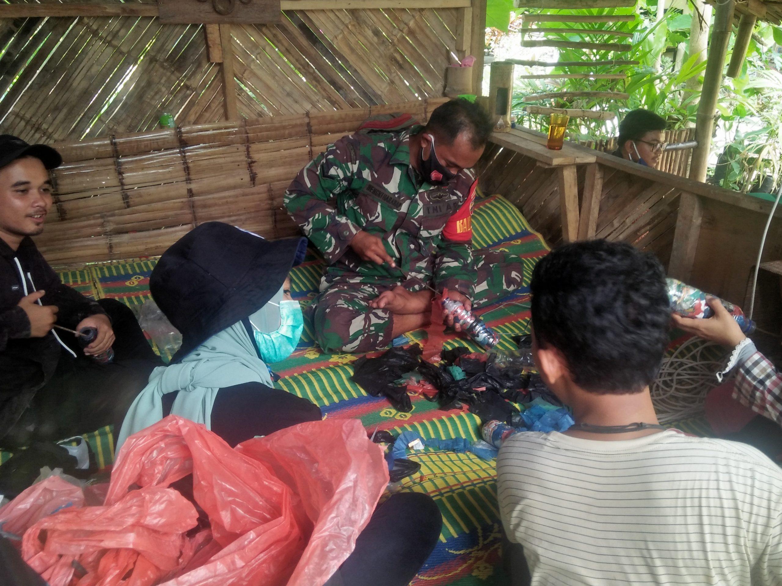 Komantan bersama TNI saat membuat Ecobrik dari limbah plastik. Foto: Rakyatsumut.com/ Rommy