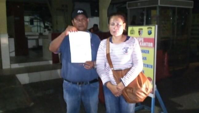 Ramses Panggabean bersama istrinya Roslina br Manullang usai membuat laporan di Polres Kota Sibolga. Foto: istimewa