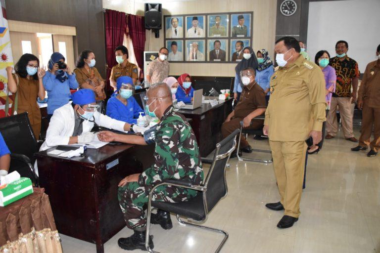 Wali Kota Sibolga, Syarfi Hutauruk saat neninjau vaksinasi. Foto: istimewa