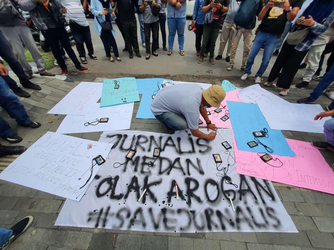 Demo puluhan jurnalis di kota Medan memprotes arogansi aparat di Kantor Wali Kota Medan. Foto: Istimewa